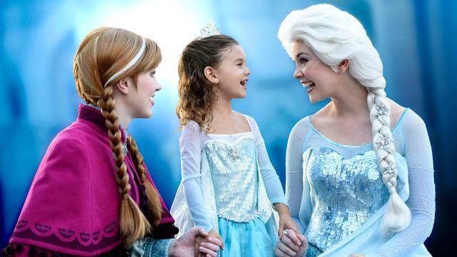 character-meet-anna-and-elsa-frozen-00
