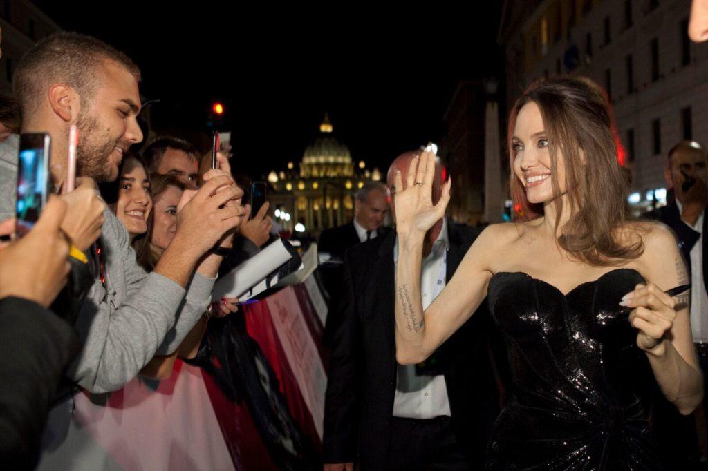 Angelina Jolie e Michelle Pfeiffer sul red carpet a Roma per l'anteprima europea di Maleficent: Signora del male. (Foto: Disney)