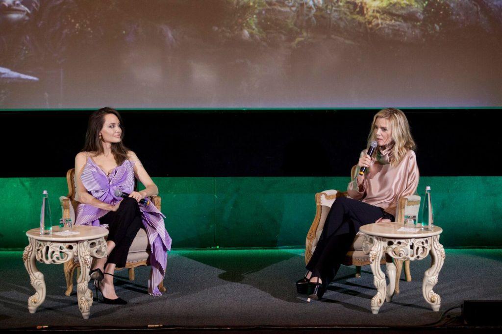 Angelina Jolie e Michelle Pfeiffer durante la conferenza stampa a Roma per Maleficent: Signora del male. (Foto: Disney)