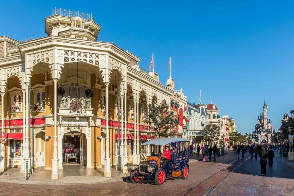 10 curiosità sulla Main Street, la strada che a Disneyland Paris porta all'iconico castello.