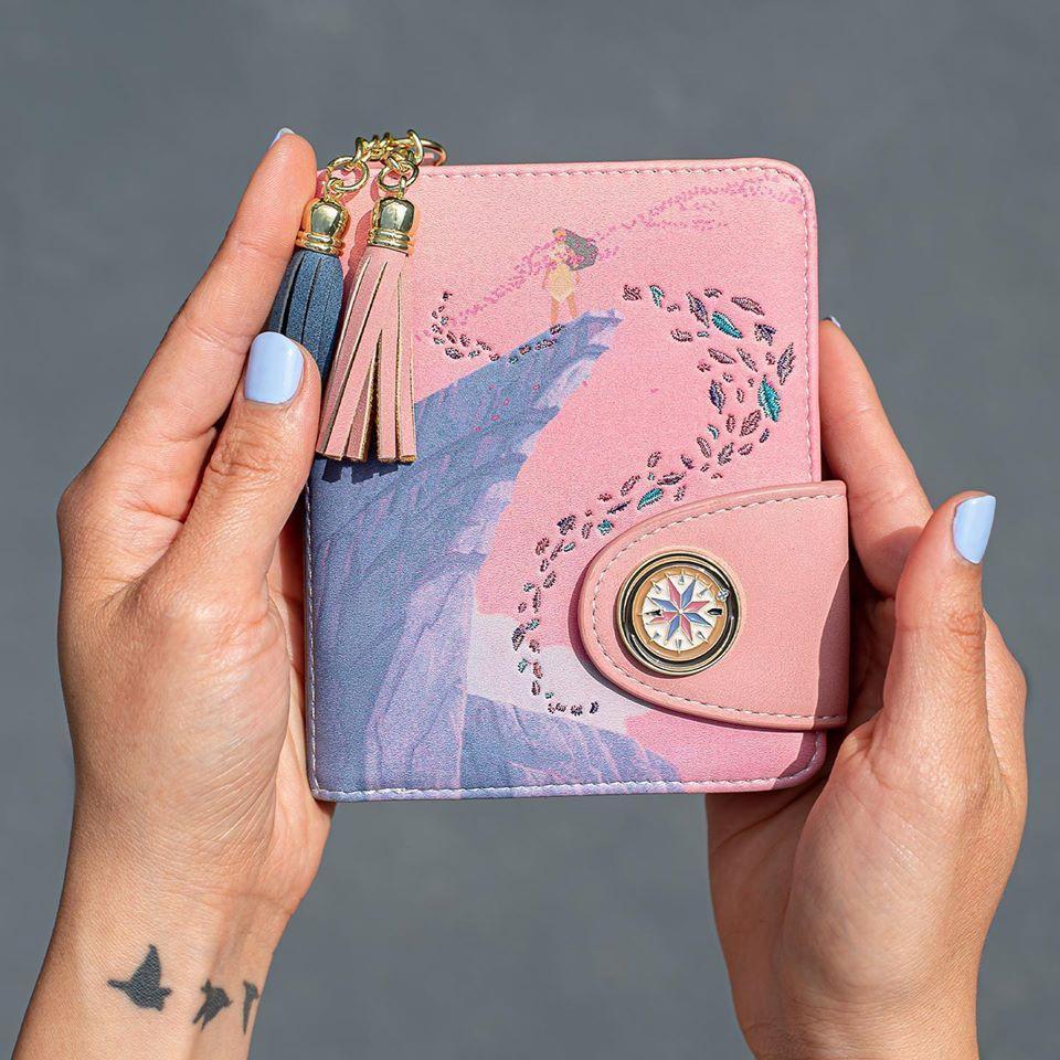 Il portafoglio della nuova Loungefly collezione Pocahontas.