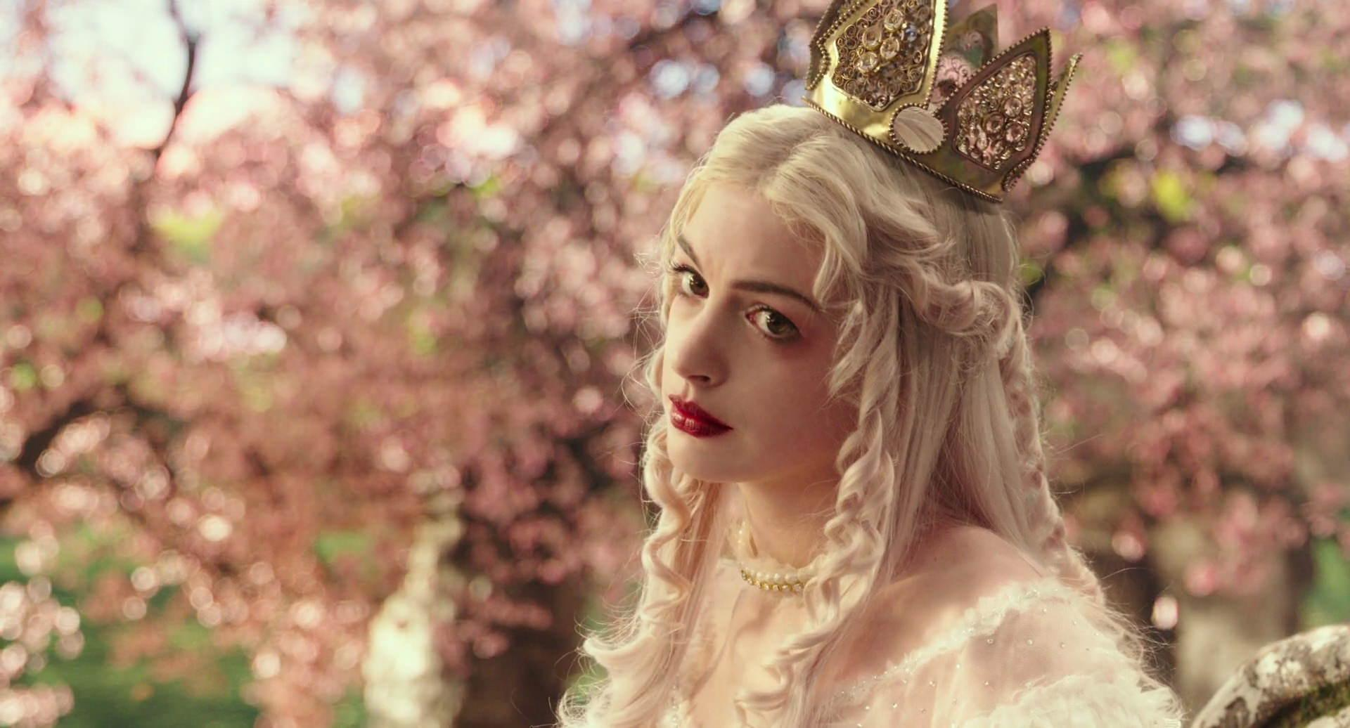 Anne Hathaway curiosità Alice through the looking glass Screencaps
